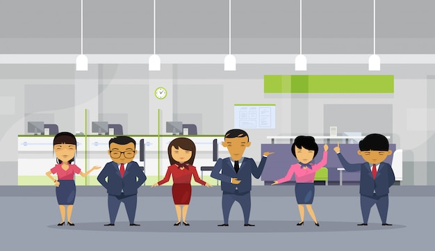 近代的なオフィスにスーツを着ているアジアのビジネス人々のグループ