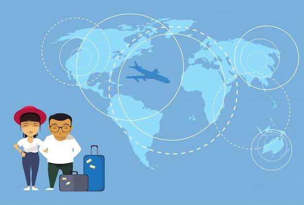 Азиатская пара путешественников или туристов, стоящих с багажом