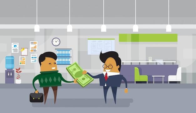 アジアのビジネスマンはドルのお金の現金を与える従業員の労働者に給料を支払います