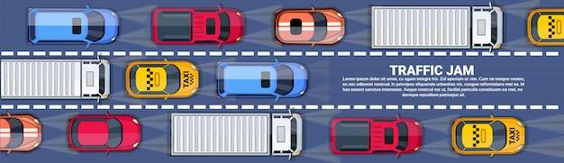 Дорога, полная автомобилей и грузовиков. верхний угол обзора. пробка на шоссе. горизонтальный баннер с копией пространства.
