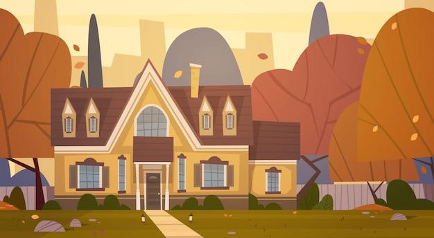 Пригородный дом в пригороде большого города осенью, коттеджная недвижимость