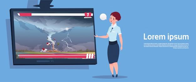 田舎の自然災害の概念で嵐のウォータースパウトのファームハリケーン被害ニュースを破壊する竜巻についてのライブテレビ放送をリードする女性