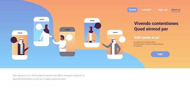 Арабские люди смартфон чат пузыри мобильное приложение общение речевой диалог