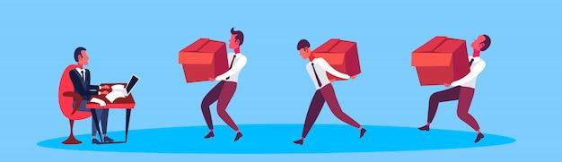 ビジネスマンのリーダーにボックス配信パッケージを運ぶ宅配便の男性
