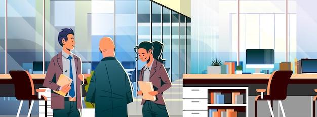 Деловые люди общаются в офисе баннер