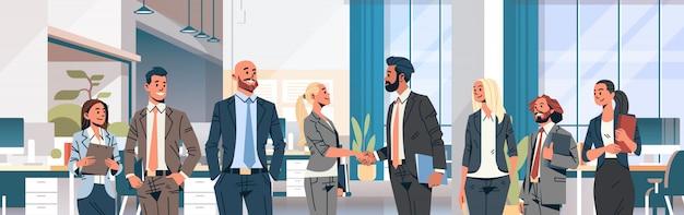 Бизнес люди группа рукопожатие баннер