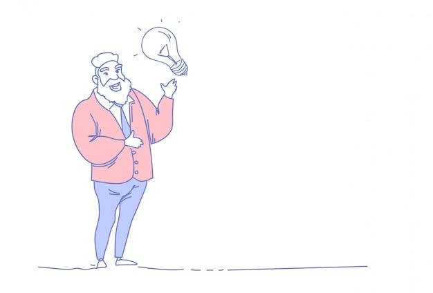 上級ビジネスマンがライトランプの新しいアイデアの革新を保持します。