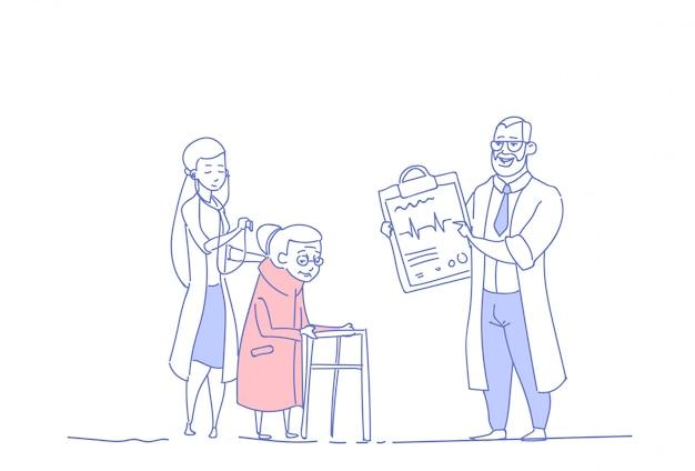 病院の健康管理の年配の女性医療相談医師グループ年金受給者