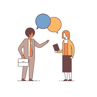 カップルチャットバブルビジネス会議同僚コミュニケーション概念男性女性漫画キャラクター完全な長さの分離を議論