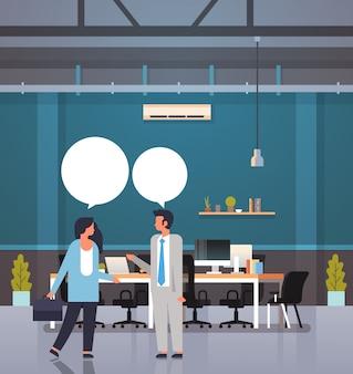 ビジネスマンチャットバブルコミュニケーションコンセプトビジネス男性女性カップルスピーチ対話近代的なオフィスインテリア全長漫画のキャラクター