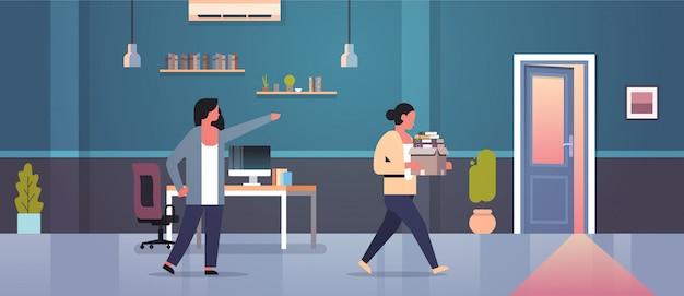 女性の上司は紙文書ボックス解雇失業失業コンセプトフラットモダンなオフィスインテリアとドア解雇女性従業員に人差し指を却下します。