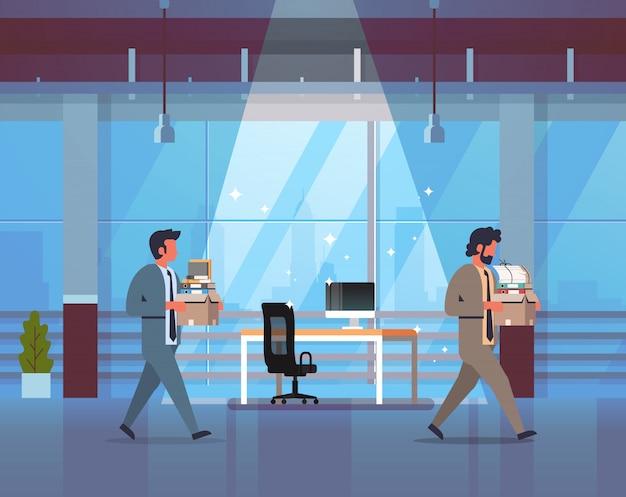 物事の新しい職場でボックスを運ぶビジネスの男性がイライラしたビジネスマンを解雇と新しい仕事の概念のオフィスのインテリアを離れて行く