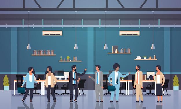 ミックスレースチームワークコミュニケーションブレーンストーミングコンセプトビジネス男性女性働く会議近代的なオフィスインテリア
