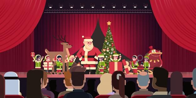 Открытый красный занавес санта-клаус и эльфы театрализованное представление с рождеством христовым с новым годом концепция праздника горизонтальная квартира