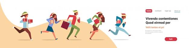 実行しているビジネス人々は、現在のギフトボックス新年クリスマス休暇お祝いバナーを保持します