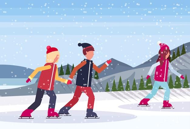 凍った湖でスケートをする人々
