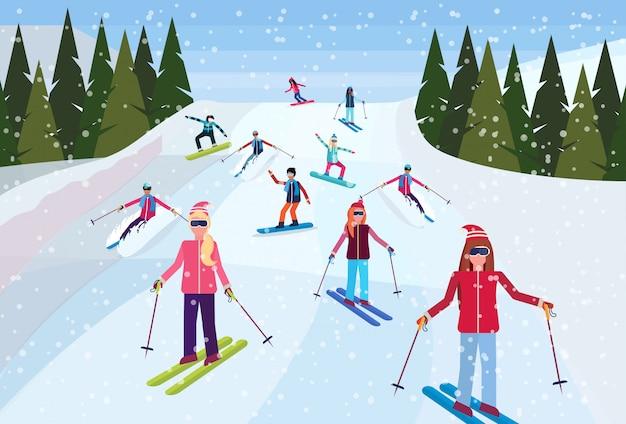 Лыжники спускаются с горы