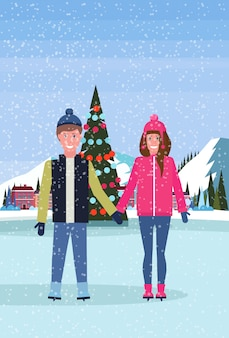 Пара катается на коньках на катке с украшенной елкой в отеле горнолыжного курорта