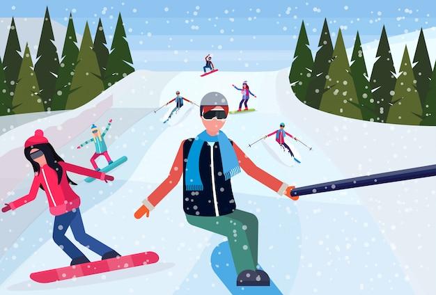 Сноубордисты спускаются с горы