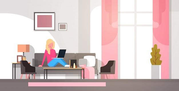 在宅勤務の女性のイラスト