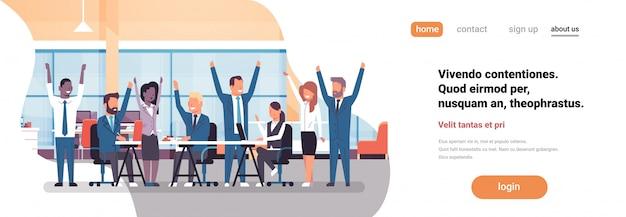 陽気なビジネスチームのランディングページのコンセプト