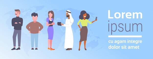 グループミックスレースビジネス人々コミュニケーションコンセプト民族ビジネスマンと世界地図背景フラット水平コピースペース上のビジネスウーマン会議