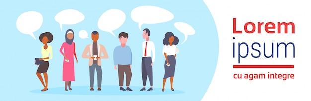 グループミックスレースビジネス人々チャットバブル通信概念ビジネスマンやスピーチフラット水平コピースペースを議論するスマートフォンを使用してビジネスウーマン