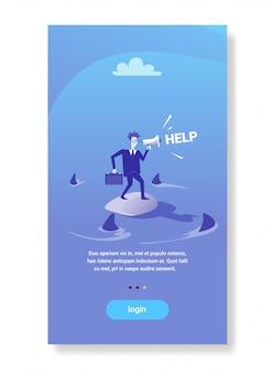 金融危機ビジネス問題概念の周りの海水サメで助けを求める実業家立っている島