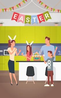 家族のキッチンインテリアは、イースター休暇を飾るカラフルな卵のバナーを飾った