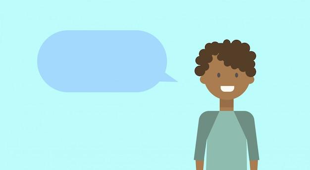 Афро-американский подросток, счастливый, улыбается с чатом пузырь молодой человек разнообразных