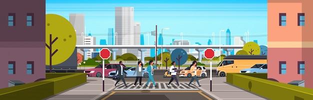 Смешанные расы людей, идущих по пешеходному переходу