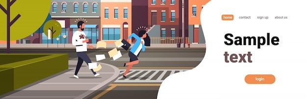 横断歩道を実行している疲れているビジネス女性