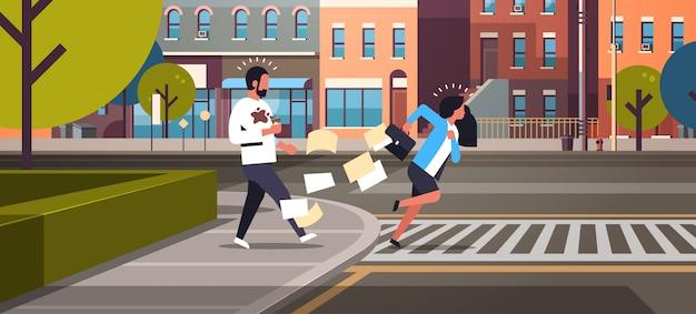 コーヒーカップを持つ男を押す横断歩道を実行している疲れているビジネス女性