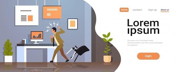 怒っている実業家は、財務報告を探している椅子をスローします