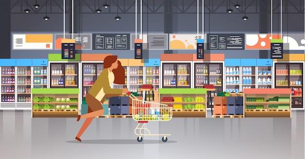 ショッピングトロリーでビジネスの女性客を実行