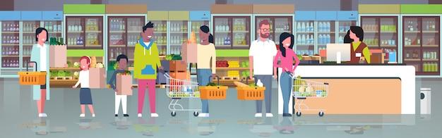 Розничная женщина кассир в кассе супермаркета