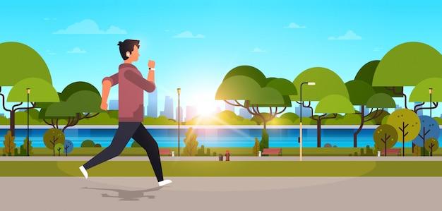 Молодой человек бег на открытом воздухе современный общественный парк