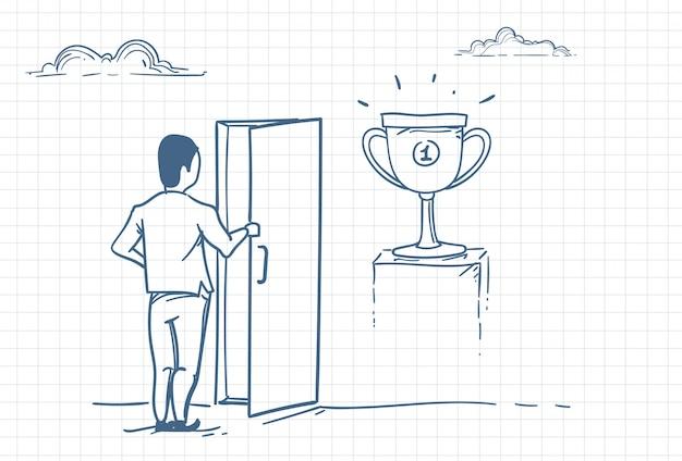 Человек открывает дверь к успеху