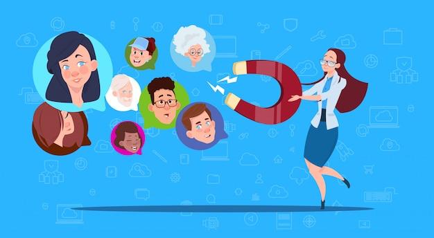 Женщина держит магнит микс гонки чат пузыри поддерживают виртуальную помощь веб-сайта или мобильных приложений, тянущих концепцию