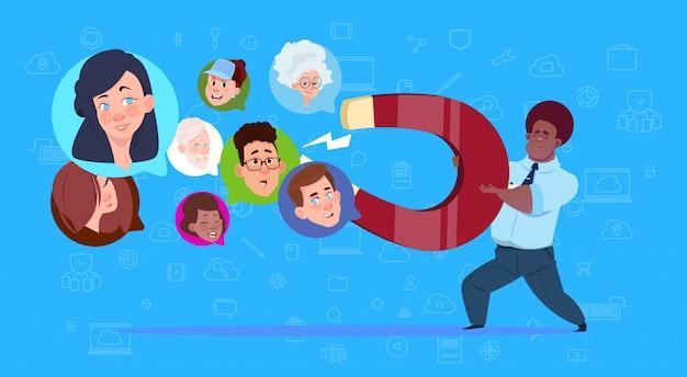 Человек держит магнит микс гонки чат пузыри поддерживают виртуальную помощь веб-сайт или концепция мобильных приложений