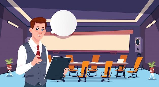 Бизнесмен держит планшет с речи пузырь