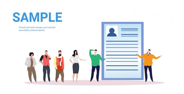 面接ジョブ雇用概念完全な長さの水平方向を待っている将来の雇用者ビジネス人々に並んで立っているビジネスマン候補者