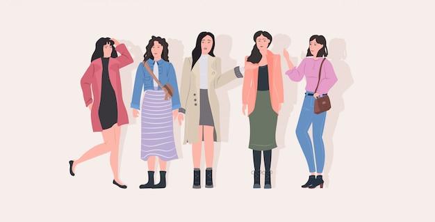 カジュアルな服の完全な長さの水平方向の魅力的な女の子の女性の漫画のキャラクターが一緒に立っている美しい女性グループ