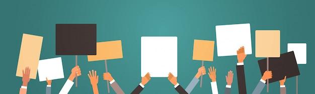 Ключевые слова на русском: протестующие руки держат мирные протестные плакаты пустой голосование плакаты демонстрация речь активист митинг выборы агитация политическая свобода концепция горизонтальный