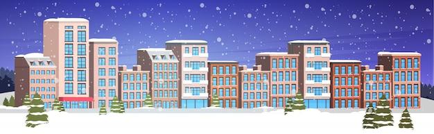 雪に覆われた冬の都市の建物