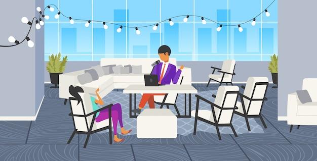 Мужчина подкастер разговаривает с микрофоном запись подкаста в студии подкастинг онлайн радио концепция женщина интервью мужчина за круглым столом вещания полная длина горизонтальный