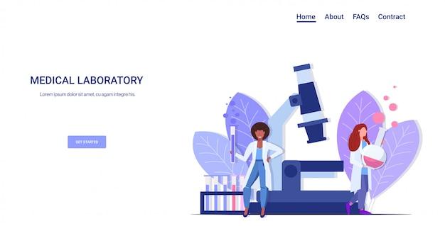 化学実験室の科学者を行うレースの女性医師と試験管を保持する実験を行う液体の女性を遺伝子医学研究室の完全な長さの水平で顕微鏡で作業する女性を混合する
