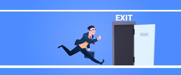 青色の背景フラットバナーに緊急避難を歌う仕事避難から実行している出口ドア男を開くために実行するビジネスマン