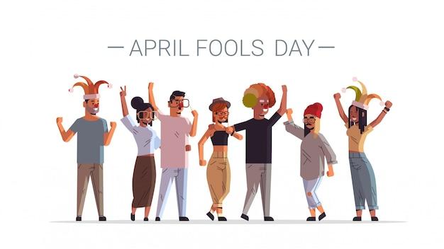 最初のエイプリルフールの日ミックスレースの人々は面白い道化師の帽子メガネ口ひげと道化師の帽子の休日のお祝いの概念男性女性グループ一緒に立って水平ポスター全長