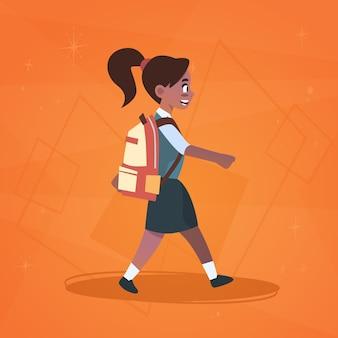 女の子の生徒は学校に歩いて